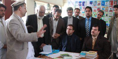 Der afghanische Hochschulminister Dr Obaid und Finanzminister Dr Zakhilwal informieren sich über die Lehrbücher